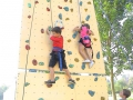 Enfants grimpant sur le Mur 6m30