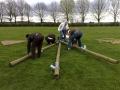 Travail en équipe pour construire les tripodes